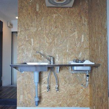 お部屋にピッタリのステンレス製キッチン。