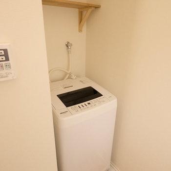 キッチン後ろに洗濯機を完備