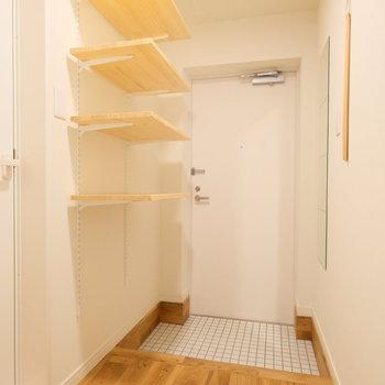 玄関には可動式の収納を