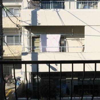 眺望は向かい側のマンション。