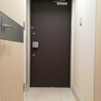 玄関も十分なサイズ。※写真はクリーニング前のものです