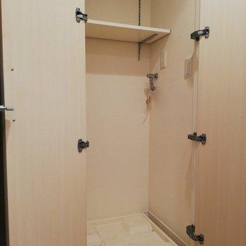 生活感が出ちゃう洗濯機は扉で隠せます。※写真はクリーニング前のものです