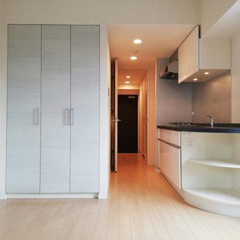正面から。キッチンの棚が便利そう。※写真はクリーニング前のものです