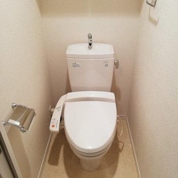 トイレは完全個室で。※写真はクリーニング前のものです