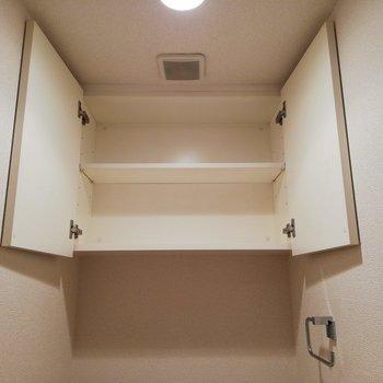 トイレ上部にも収納があります。※写真はクリーニング前のものです