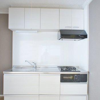 システムキッチンはホワイトで