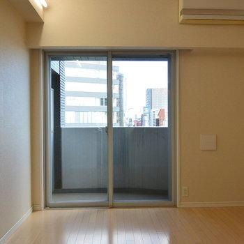 廊下側から※写真は11階の同間取り別部屋のものです