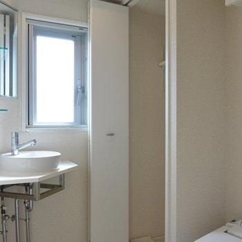 サニタリールームです。左にお風呂。※写真は11階の同間取り別部屋のものです
