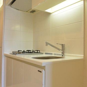 シンプルで清潔感のあるキッチン※写真は11階の同間取り別部屋のものです