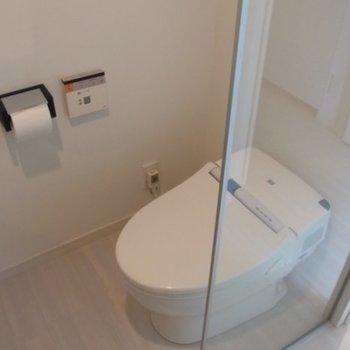 同じ部屋にトイレ。※写真は2階の同間取り別部屋のものです