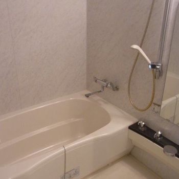 お風呂もきれい。※写真は2階の同間取り別部屋のものです