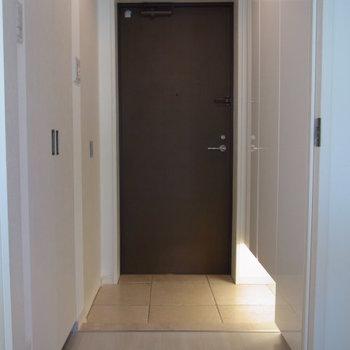 左手前の中が洗濯機※写真は2階の同間取り別部屋のものです