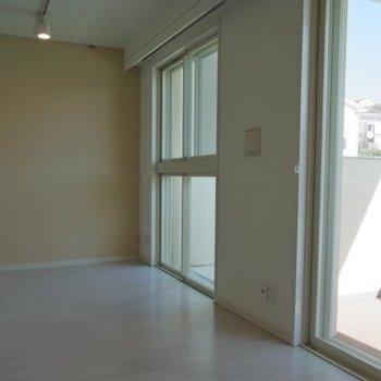 大きな窓。※写真は2階の同間取り別部屋のものです