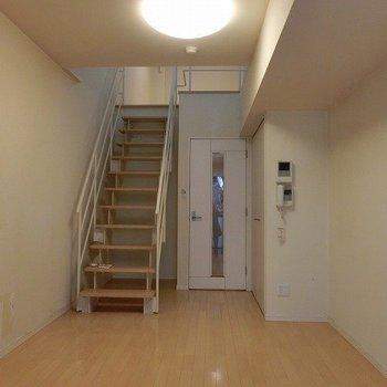 幅広の階段の下も収納スペースにできますね※写真は3階同間取りの別部屋