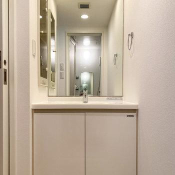 大きな鏡が特徴的な独立洗面台。