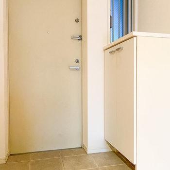 こちらは玄関。ちらっと見える小窓がポイント。