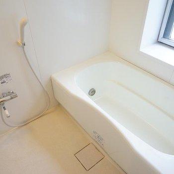 お風呂も大きな窓が嬉しい追焚つき!※写真は同階の反転間取り別部屋のものです。