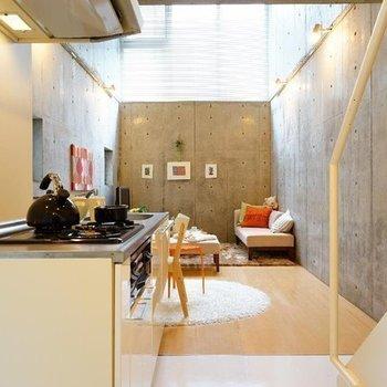 キッチン側から。高い窓から光が溢れる※写真は同階の反転間取り別部屋のものです。