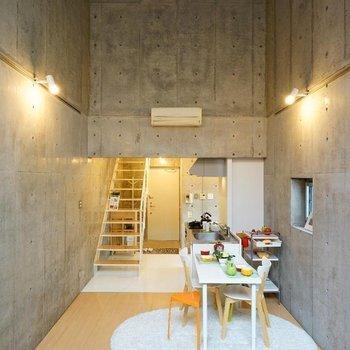 こちらも天井高いんです!※写真は同階の反転間取り別部屋のものです。