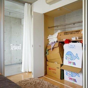収納も大容量!(モデルルームの備品が入ってます)※写真は同階の反転間取り別部屋のものです。