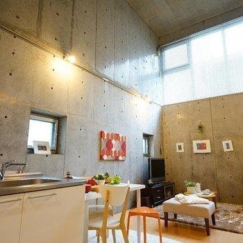8.2帖ってこんなに開放的なんだ!!※写真は同階の反転間取り別部屋のものです。