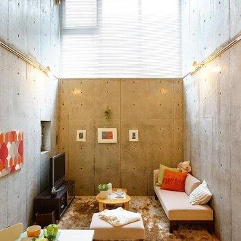 天井高いでしょ!!※写真は同階の反転間取り別部屋のものです。
