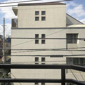 バルコニーから。正面の建物が観えます。