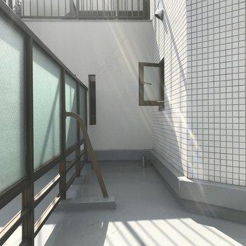 折れ曲がった先には、洗濯機置き場の小窓があります