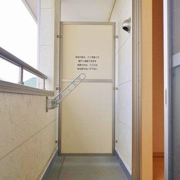 バルコニーの広さもまずまず。※写真は202号室のもの