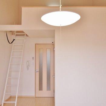 天井が高く開放的な室内。※写真は202号室のもの