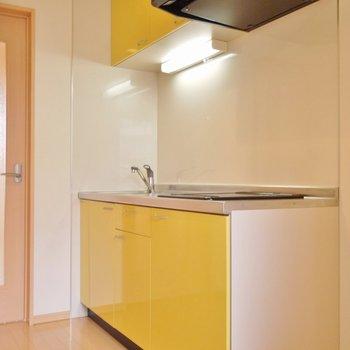 イエローがパリッと見せるキッチンスペース。※写真は202号室のもの