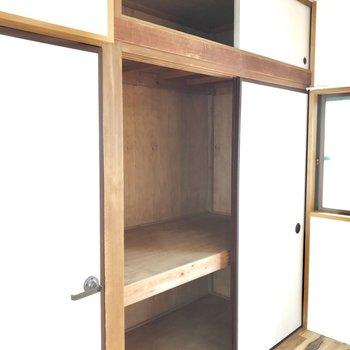 収納の容量は、こちらの方が大きめ。布団をお持ちの方はこちらを寝室にしたほうがいいかも