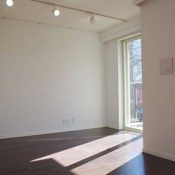 綺麗な光が差し込みます ※写真は2階似た間取り別部屋のものです。