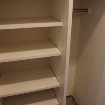 収納も十分そうです。 ※写真は2階似た間取り別部屋のものです。