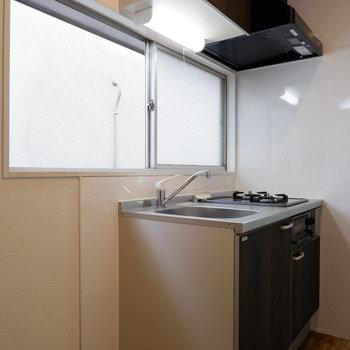キッチン横に冷蔵庫ですが高さ次第で窓が、、、。