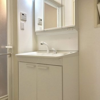 独立洗面台が!鏡は収納になってます◎