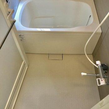 お風呂はゆったり!窓付いてますよ〜