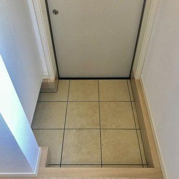 玄関はコンパクトですが…