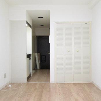 白を基調した綺麗なお部屋。