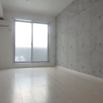 ピカピカのリビング。※写真は3階の反転間取り別部屋のものです