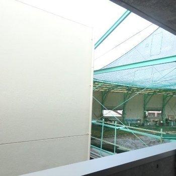 眺めは△…、ゴルフセンターが見えます。※写真は3階の別部屋からの眺望です