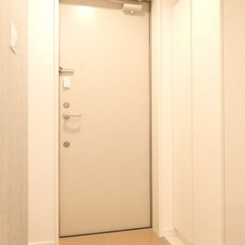 玄関、シューズボックスも備えられています。※写真は3階の反転間取り別部屋のものです