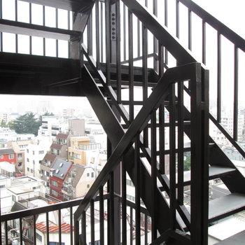 目の前に非常階段も。