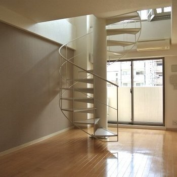 この中心にそびえる螺旋階段!(※写真は同間取り、別部屋のもの)