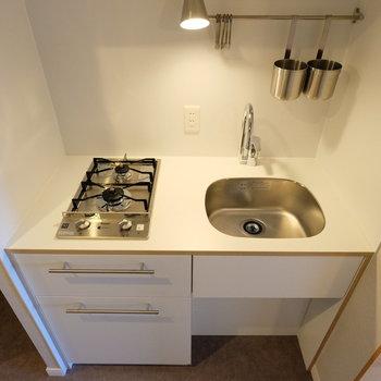キッチンは人気のTOMOSキッチン。コンパクトながらに2口です!