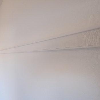 壁には長押もついているので、ハンガーを引っ掛けたり、ポストカードを立てかけたり出来ますよ◎