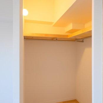 収納内の照明もかわいらしく。収納入り口にはカーテンが付けられるようになっています。