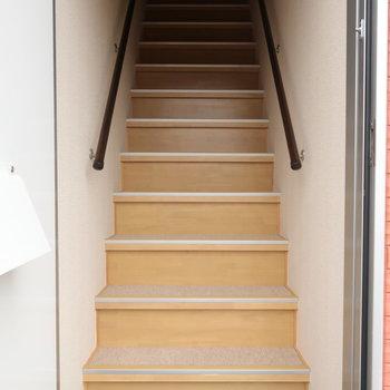 玄関を開けて、この階段をトントントン