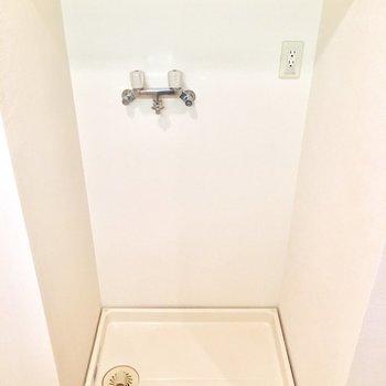 後ろに、棚付き洗濯機置き場。お湯も出せるみたい!