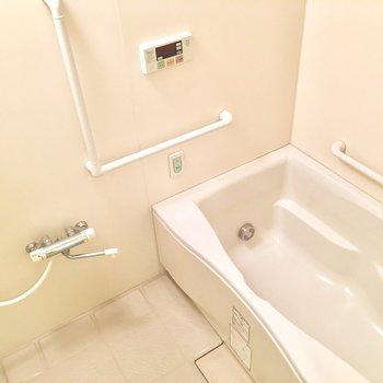 お風呂は浴槽広々。追い焚きや暖房機能も!
